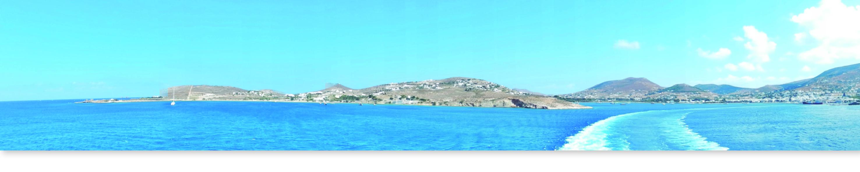 Vue sur la mer et l'île de Paros dans les cyclades en Grèce